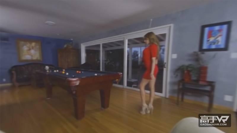身材火辣的美女与男生打台球