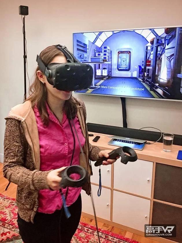 图中是一位玩家手拿控制器,佩戴虚拟现实头盔。